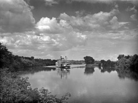 Excursion steamer Gordon C. Green of Cincinnati approaching Wilson Dam, 1942. (Arthur Rothstein, Library of Congress Prints and Photographs Division)