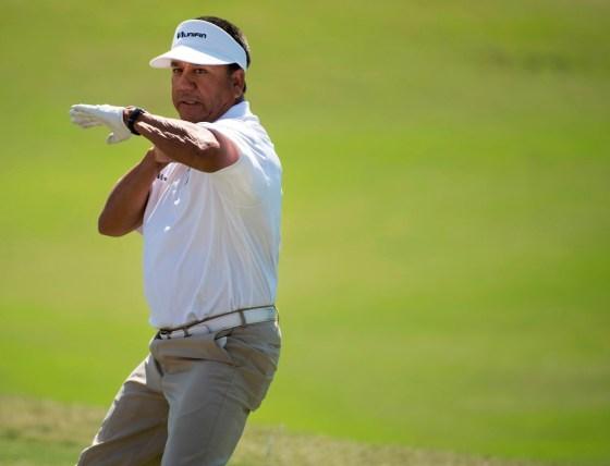 PGA Tour Champion Esteban Toledo shares some skills with Birmingham-area schoolchildren. (Christopher Jones/Alabama NewsCenter)