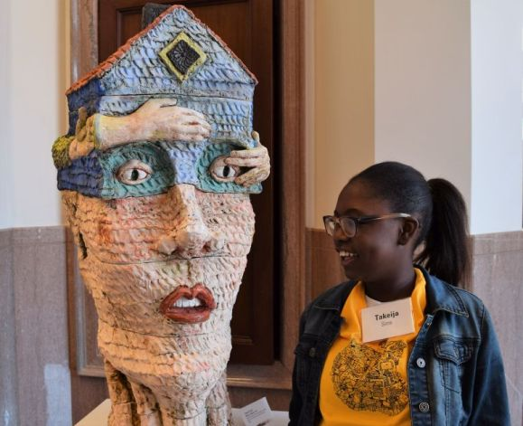 A student found the Archives statuary amusing. (Donna Cope/Alabama NewsCenter)