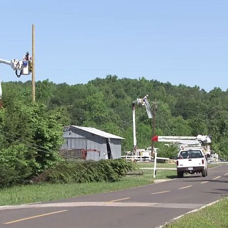 Alabama Power linemen work hard to restore power outages. (Alabama NewsCenter)