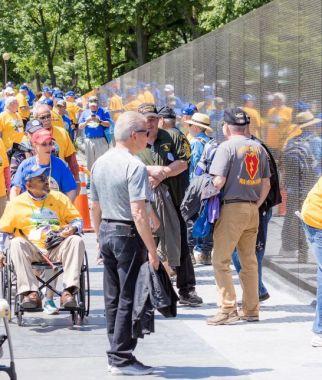 Veterans get an up-close view. (Simo Ahmadi/Alabama NewsCenter)