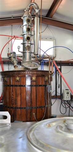 The large distiller at Big Escambia Spirits. (Michael Tomberlin / Alabama NewsCenter)