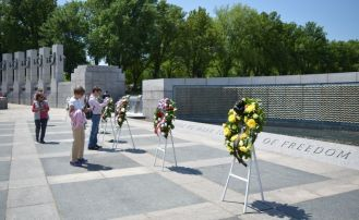 Wreaths dotted the Washington Memorial. (Alabama NewsCenter)