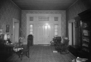 View toward the front door of Courtview, Feb. 7, 1935. (Alex Bush, HABS, Library of Congress, Prints and Photographs Division)