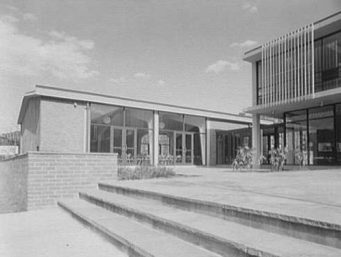 The Animal Rescue League of Boston was designed by Hugh Stubbins Associates. (Photographed by Gottscho-Schleisner Inc. in 1957, Library of Congress, Prints and Photographs Division)