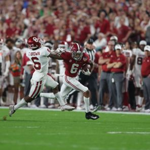 Alabama wide receiver DeVonta Smith (6) outruns defender. (Kent Gidley)