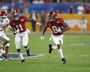 Alabama wide receiver DeVonta Smith (6) makes a big catch during game. (Amelia J. Brackin)