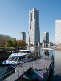Yokohama Landmark Tower was designed by Hugh Stubbins in 1993. (Rs1421, Wikipedia)