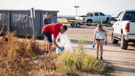 Volunteers collect trash during the Alabama Coastal Cleanup. (Dennis Washington / Alabama NewsCenter)