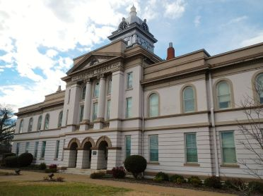 Cleburne County Courthouse, 2012. (Rivers Langley, SaveRivers, Wikipedia)