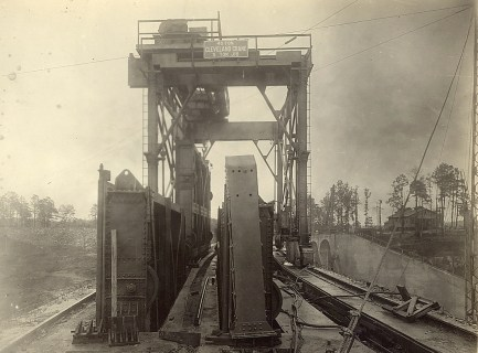 A spillway crane handles a gate at Martin Dam in August 1926. (file)