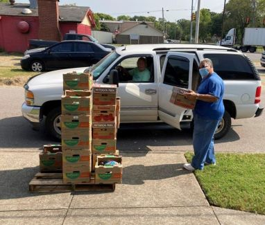 People drive up to pick up a 20-pound box of food. (Alabama Power Corporate Energizers)