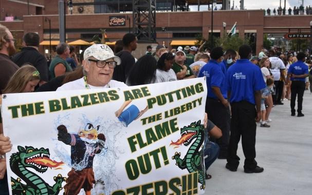 Ο Ken Brown είναι ο παππούς του πρώην παίκτη του Blazer kicker Tai Long και του νέου μαθητή του Blazer Caden Long.  (Solomon Crenshaw Jr./The Alabama News Center)