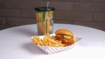 Ζεστό σάντουιτς κοτόπουλου.  (BJCC)