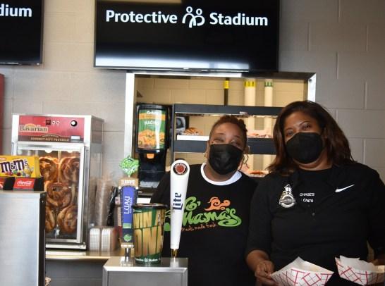 Το προσωπικό στο Yo Mama's in Protective Stadium.  (Solomon Crenshaw Jr. / Alabama NewsCenter)