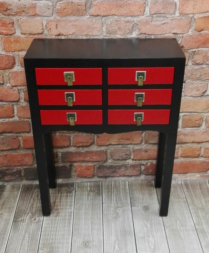 Czarno-czerwona komoda - konsola ze złotymi uchwytami
