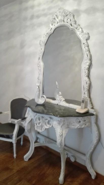 Stylowe rzeźbione meble malowane na biało z przecierkami