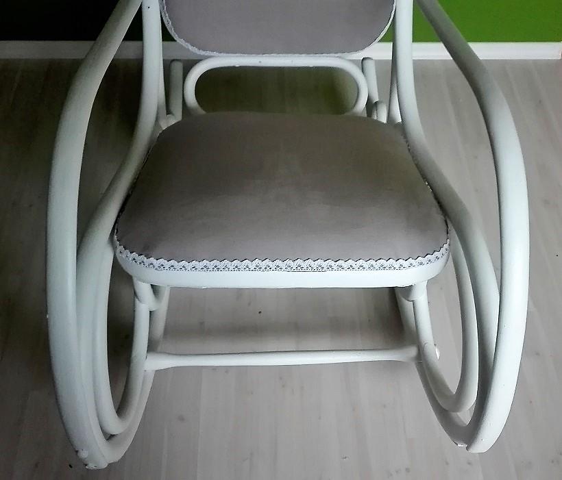 Biały fotel bujany odnowiony