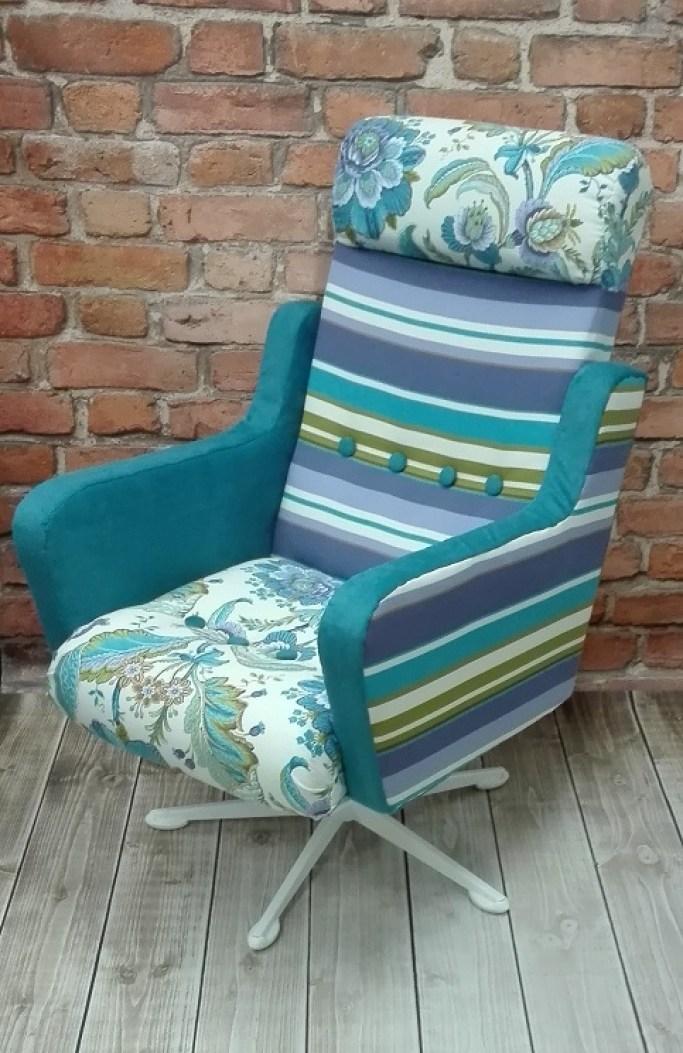 Fotel obrotowy typu uszak kolorowy z roślinną tapicerką