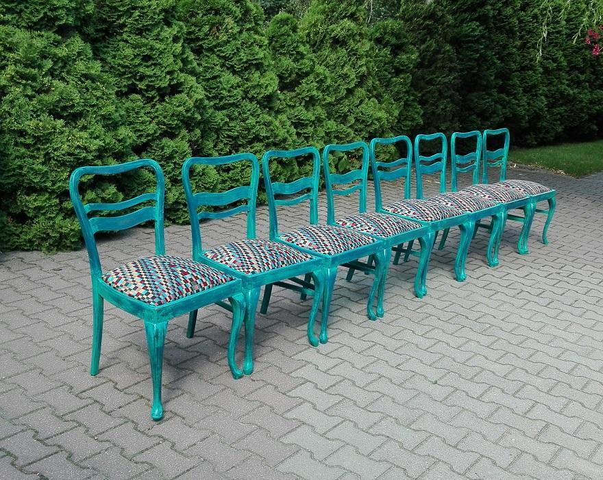 Turkusowe malowane krzesła