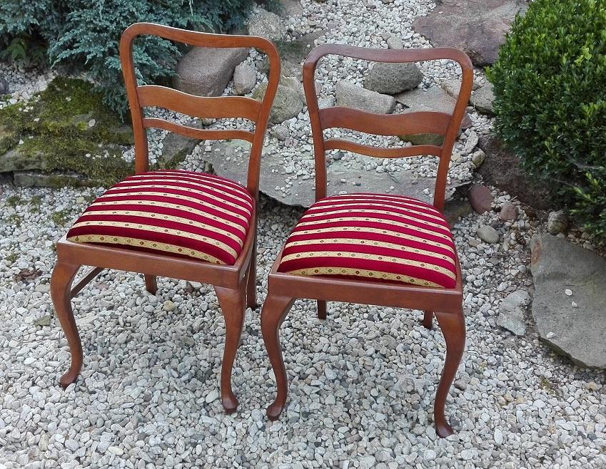 Krzesła z tapicerką w paski