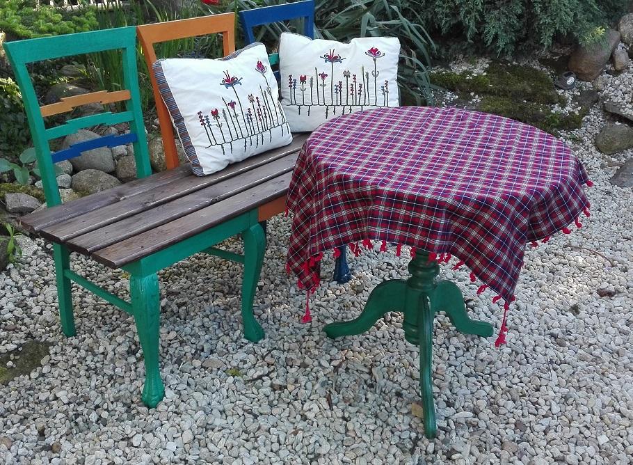Krzesła przerobione na ławkę ogrodową
