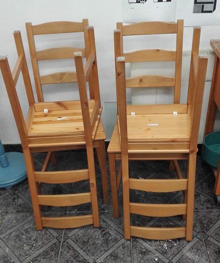 Zwykłe krzesła sosnowe z IKEA