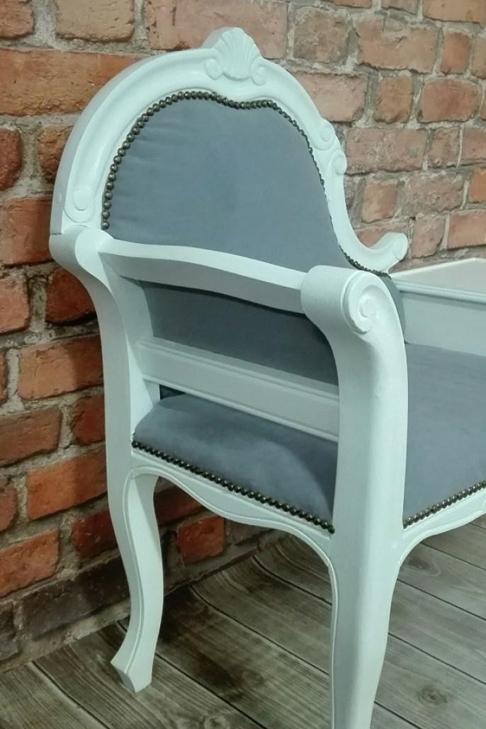Stylowa biała ławeczka z szarą tapicerką