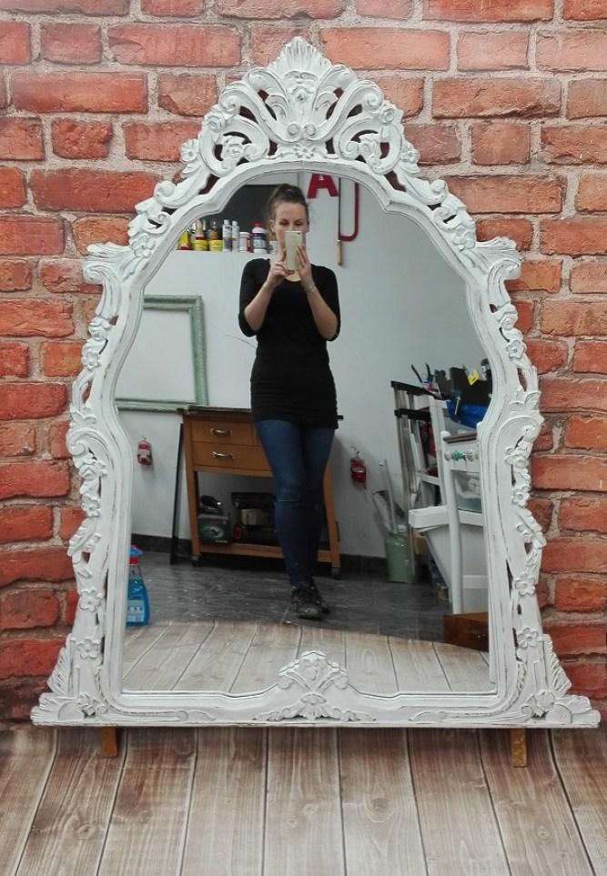 Stylowe lustro z bieloną ramą