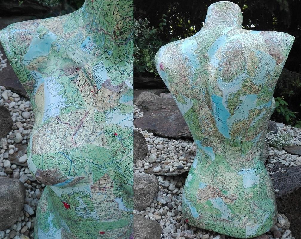 Manekin oklejony mapami