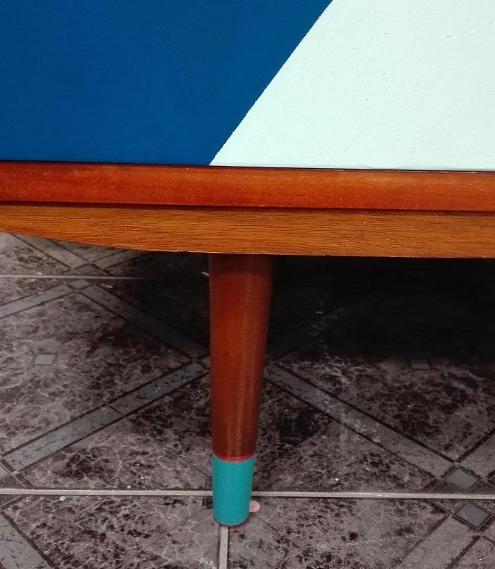 Malowanie nóżek meblowych farbą - skarpetki na nóżkach