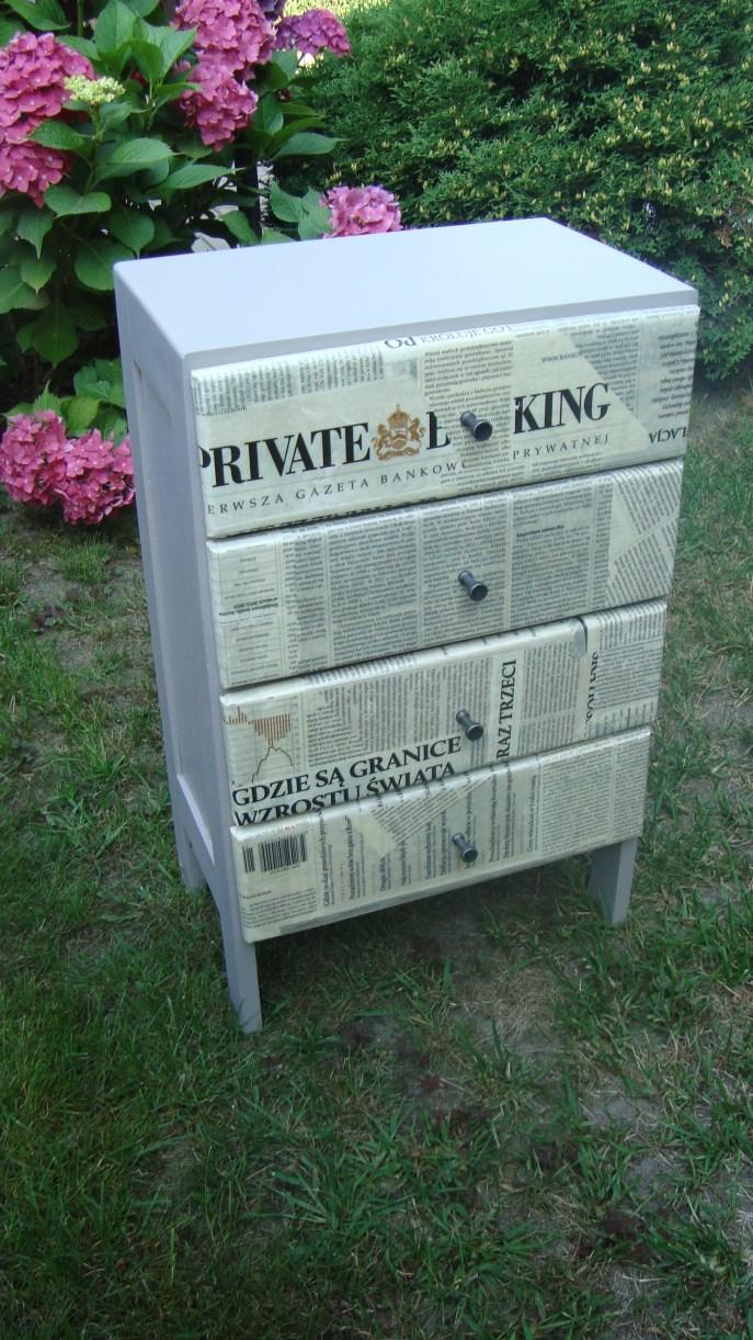 Komódka oklejona gazetami
