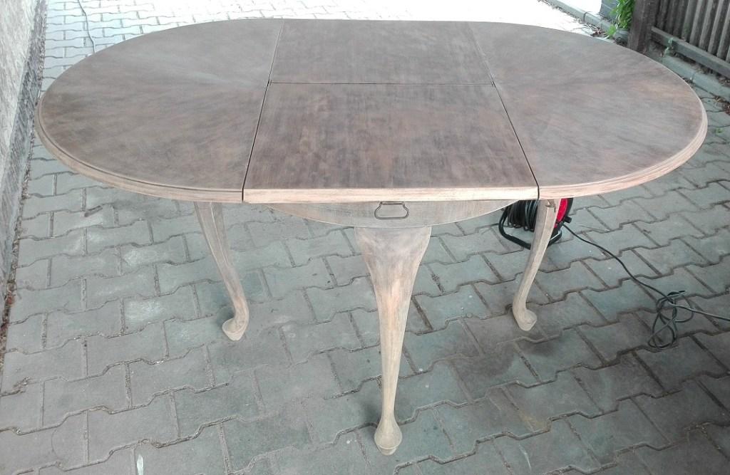 Szlifowanie antycznego stołu