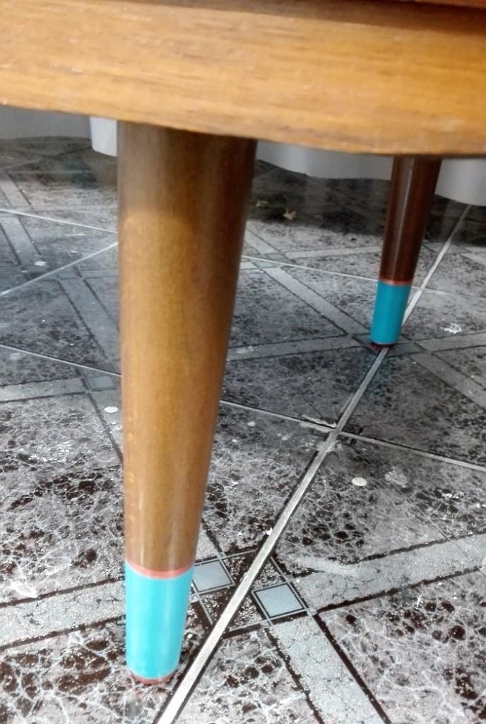 Skarpetki na nóżkach meblowych