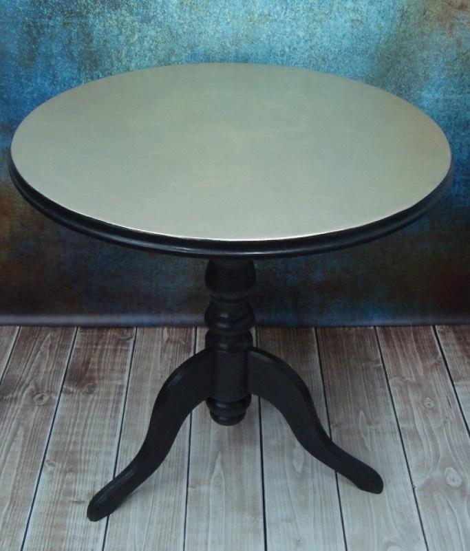 Stół okrągły ze złotym blatem na trójnogu
