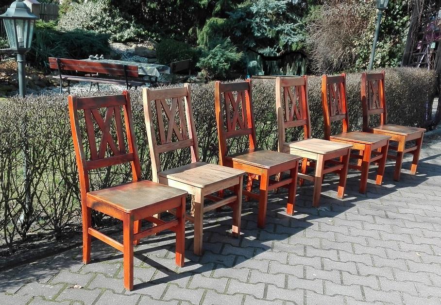 Stare drewniane sosnowe krzesła