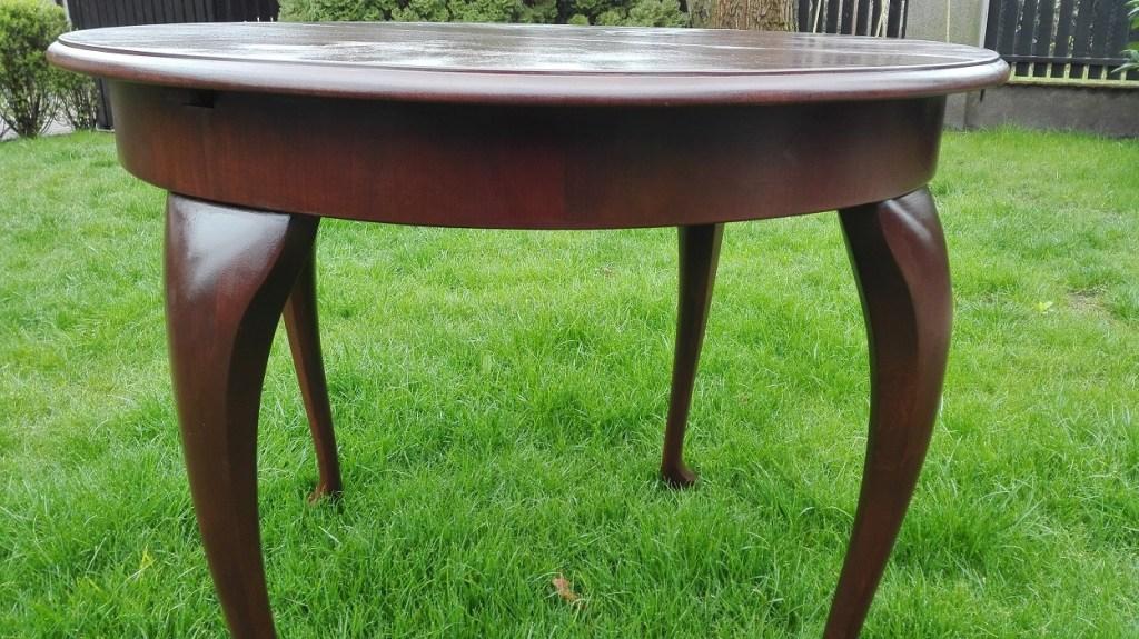 Renowacja okrągłego stołu na giętych nogach