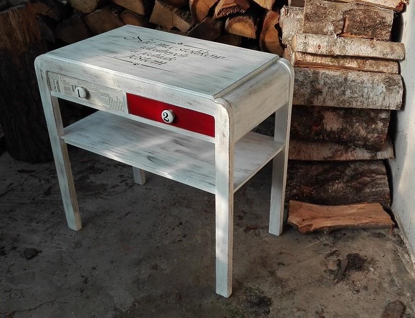 Stolik z napisem na blacie