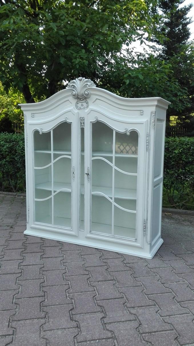 Stylowa witryna rzeźbiona malowana na biało