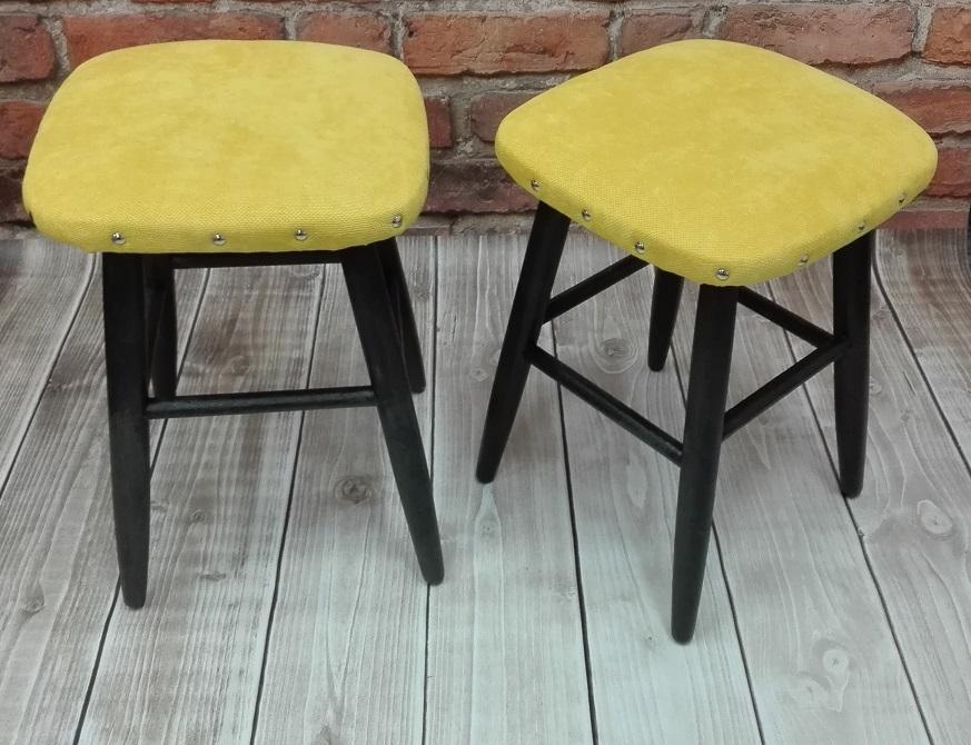 Taborety z żółtymi siedziskami