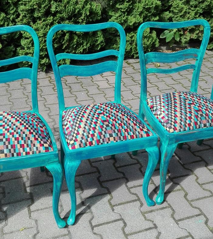 Turkusowe krzesła malowane