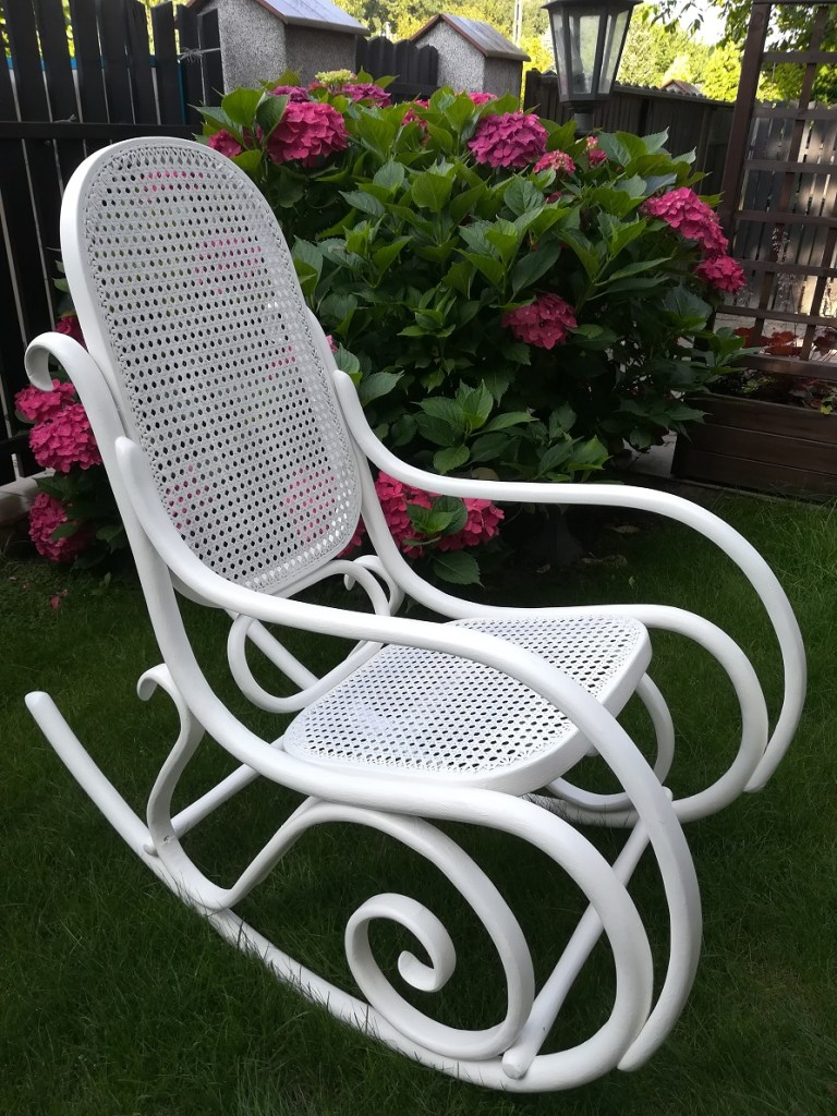 Malowany biały prowansalski fotel na biegunach