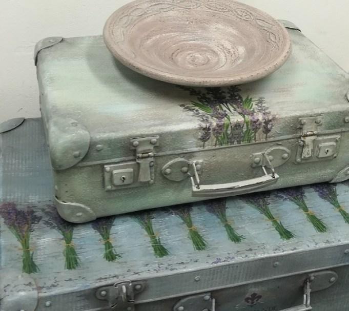 Walizki i ceramika stylizowane farbami kredowymi