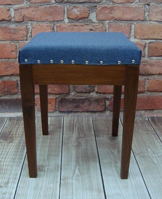 Stołek z niebieską jeansową tapicerką