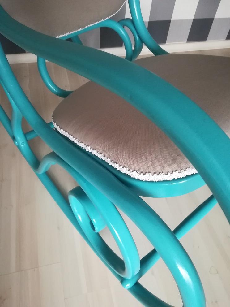 Turkusowy fotel bujany po odnowieniu