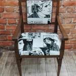Krzesło typu tron z podłokietnikami obite tkaniną komiksową
