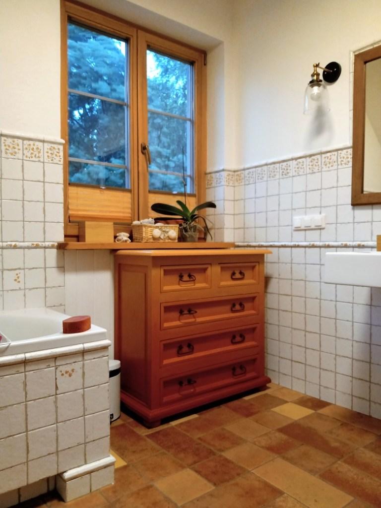 pomarańczowa czerwona komoda w łazience