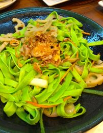 Spinach noodles with lotus roots and crunchy shallots