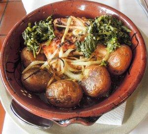 oktopus fokhagymás olivaolajban héjában sült krumplival