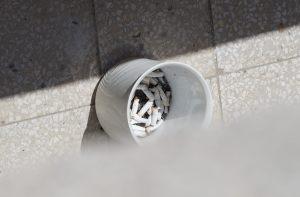 Tiltsuk be a dohánást a társasházak erkélyein